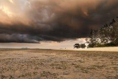 Una tormenta de la elaboración de la cerveza en una puesta del sol del océano Imagen de archivo