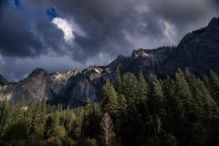 Una tormenta entra en el valle de Yosemite, California Foto de archivo