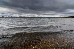 Una tormenta que elabora cerveza sobre un lago en Staffordshire, Inglaterra Fotos de archivo libres de regalías
