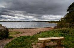 Una tormenta que elabora cerveza sobre un lago en Staffordshire, Inglaterra Imagenes de archivo