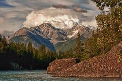 Una tormenta recolecta sobre las montañas, Banff - Canadá. Imagen de archivo