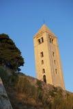 Una torre antigua en puesta del sol fotografía de archivo