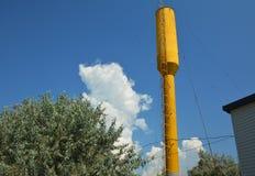 Una torre de agua es una estructura elevada que apoya un tanque de agua construido en una altura suficiente presurizar un abastec imagen de archivo