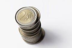 Una torre de dos monedas de los euros Imagenes de archivo