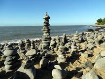 Una torre de guijarros en una playa Fotos de archivo libres de regalías