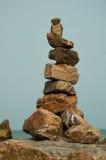 Una torre de piedras por el mar fotos de archivo
