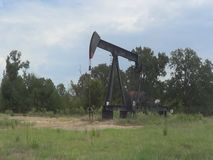 Una torre del pozzo di petrolio di pompaggio in Quitman il Texas orientale stock footage