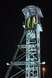Una torre dell'asse di miniera alla notte in Linares immagine stock