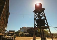 Una torre di acqua della città fantasma di zona aurifera, Arizona Fotografia Stock