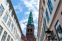 Una torre di orologio alta, chiesa a Copenhaghen, Danimarca Immagine Stock