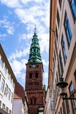 Una torre di orologio alta, chiesa a Copenhaghen, Danimarca Immagini Stock Libere da Diritti