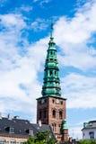 Una torre di orologio alta, chiesa a Copenhaghen, Danimarca Immagini Stock