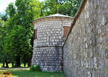 Una torre e la parete di Biljarda - Cetinje - il Montenegro fotografie stock