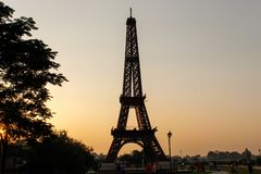 Una torre Eiffel dentro de un parque fotografía de archivo libre de regalías