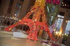 Una torre Eiffel miniatura en la barra Imagen de archivo libre de regalías