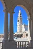 Una torre enorme, rematada por una cruz Imagen de archivo libre de regalías