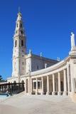 Una torre enorme, rematada por una cruz y una columnata Imágenes de archivo libres de regalías