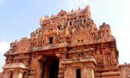 Una torre-gopura scolpita del tempio di Brihadisvara in Thanjavur, India fotografie stock libere da diritti