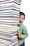 Una torre grande de muchos libros verticales Foto de archivo libre de regalías