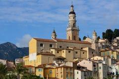 Una torre medievale sopra un villaggio della Francia Fotografie Stock