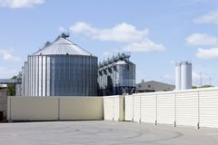 Una torre moderna grande del elevador de la planta para el almacenamiento y procesar de las cosechas de grano para el ganado de a imágenes de archivo libres de regalías