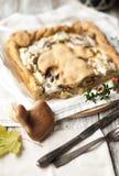 Una torta casalinga deliziosa con i funghi ed il formaggio Buone pasticcerie Vista superiore immagini stock