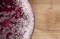 Una torta casalinga della fragola Fotografie Stock Libere da Diritti