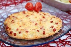 Una torta con formaggio e bacon fotografie stock libere da diritti