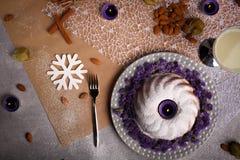 Una torta con las nueces, las frutas y las especias en un fondo de la tabla Torta de la Navidad Hornada festiva Concepto de los d Imagen de archivo libre de regalías