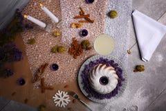 Una torta con las nueces, las frutas y las especias en un fondo de la tabla Torta de la Navidad Hornada festiva Concepto de los d Fotografía de archivo