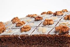 Una torta con las tuercas. fotos de archivo libres de regalías