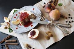 Una torta con los melocotones Imágenes de archivo libres de regalías