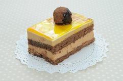 Una torta de chocolate con la bola del chocolate Imagen de archivo