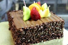 Torta de chocolate con la decoración de la fruta fresca Imagenes de archivo