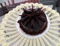 Una torta de chocolate deliciosa para el niño del cumpleaños fotografía de archivo libre de regalías