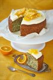 Una torta de esponja con las semillas, las naranjas y la crema de amapola Imagen de archivo libre de regalías