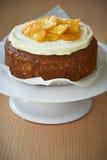 Una torta de esponja con las semillas, las naranjas y la crema de amapola Fotos de archivo