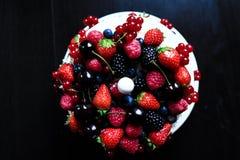 Una torta de la fruta en una tabla negra Fotografía de archivo libre de regalías