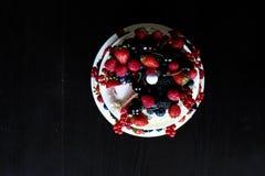 Una torta de la fruta en una tabla negra Imagen de archivo libre de regalías