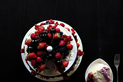 Una torta de la fruta en una tabla negra Foto de archivo libre de regalías