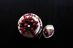 Una torta de la fruta en una tabla negra Fotos de archivo