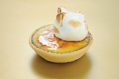 Una torta de la taza con crema en tapa Imagen de archivo libre de regalías
