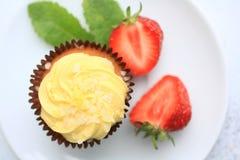 Una torta del limón en la placa blanca con las fresas, cierre para arriba Imagenes de archivo