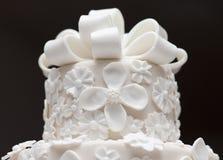 Una torta di cerimonia nuziale bianca fotografie stock libere da diritti