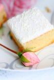 Una torta fresca con un brote de la rosa Foto de archivo