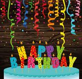 Una torta grande festiva con las velas Feliz cumpleaños de las letras Colorfu libre illustration