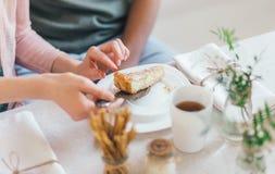 Una torta per la prima colazione nelle mani degli amanti Casa fotografia stock libera da diritti