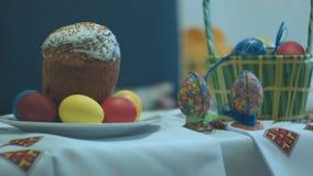 Una torta tradicional de pascua y una cesta con los huevos de Pascua almacen de metraje de vídeo