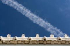 Una traccia del vapore sopra il particolare antico del tetto Fotografia Stock