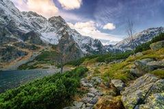 Una traccia di escursione vicino al lago dell'alta montagna Immagini Stock